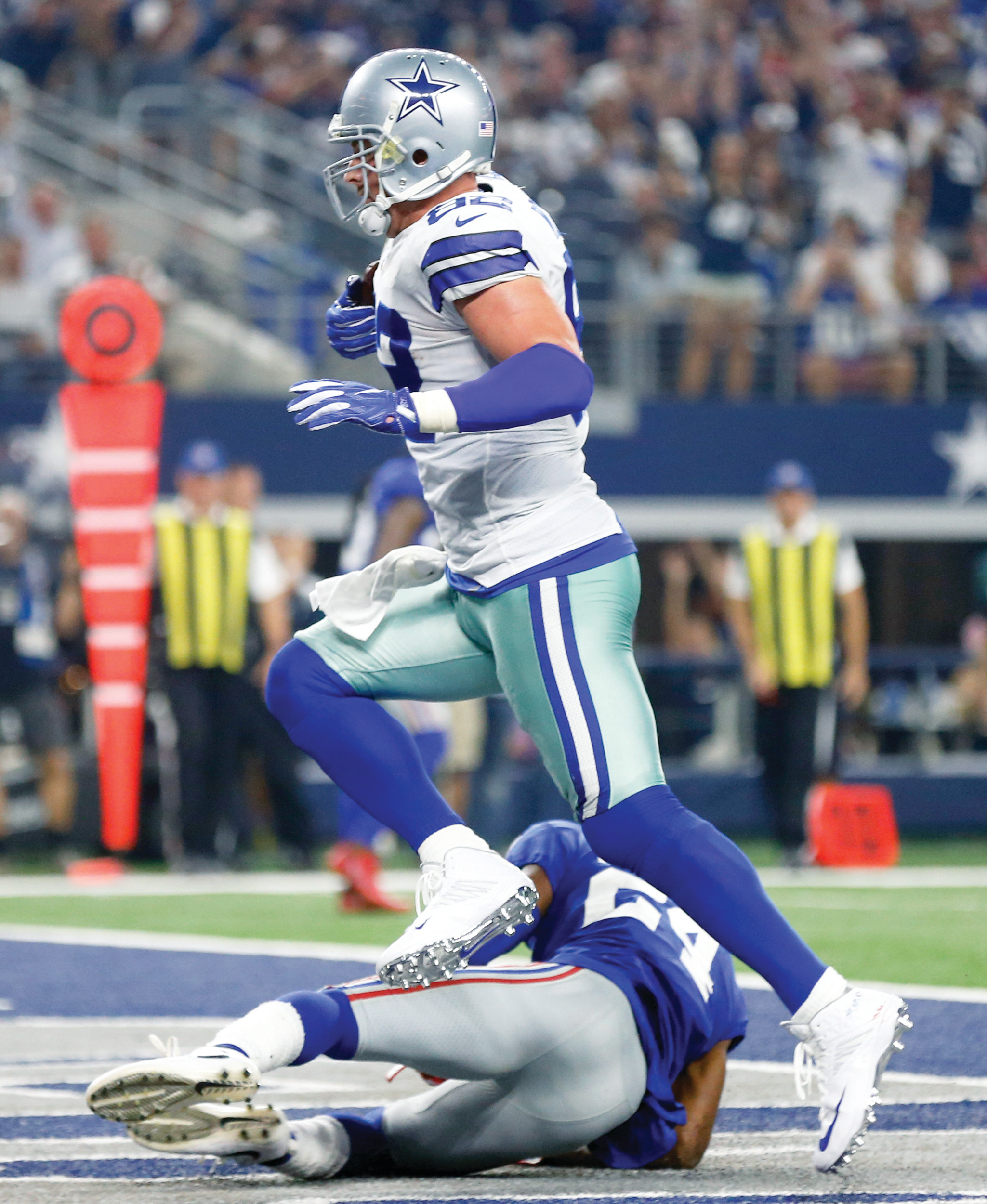 Dallas tight end Jason Witten, top, catches a touchdown pass in front of New York Giants cornerback Eli Apple during the Cowboys' 19-3 victory on Sunday in Arlington, Texas.