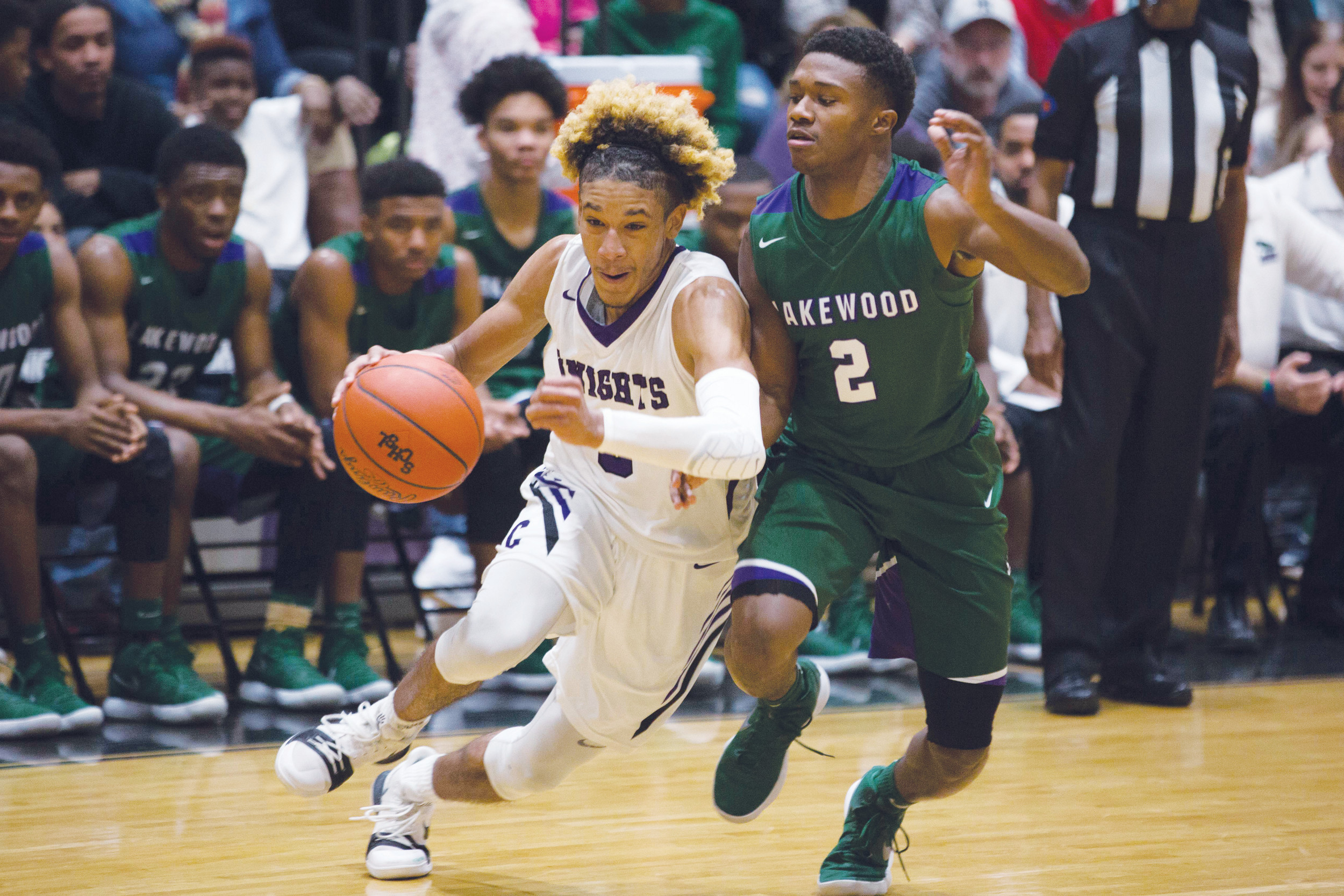 Crestwood's Nazir Andino, left, tries to get past Lakewood defender Jaron Richardson during the Gators' 54-42 victory over the Knights on Friday at The Castle.