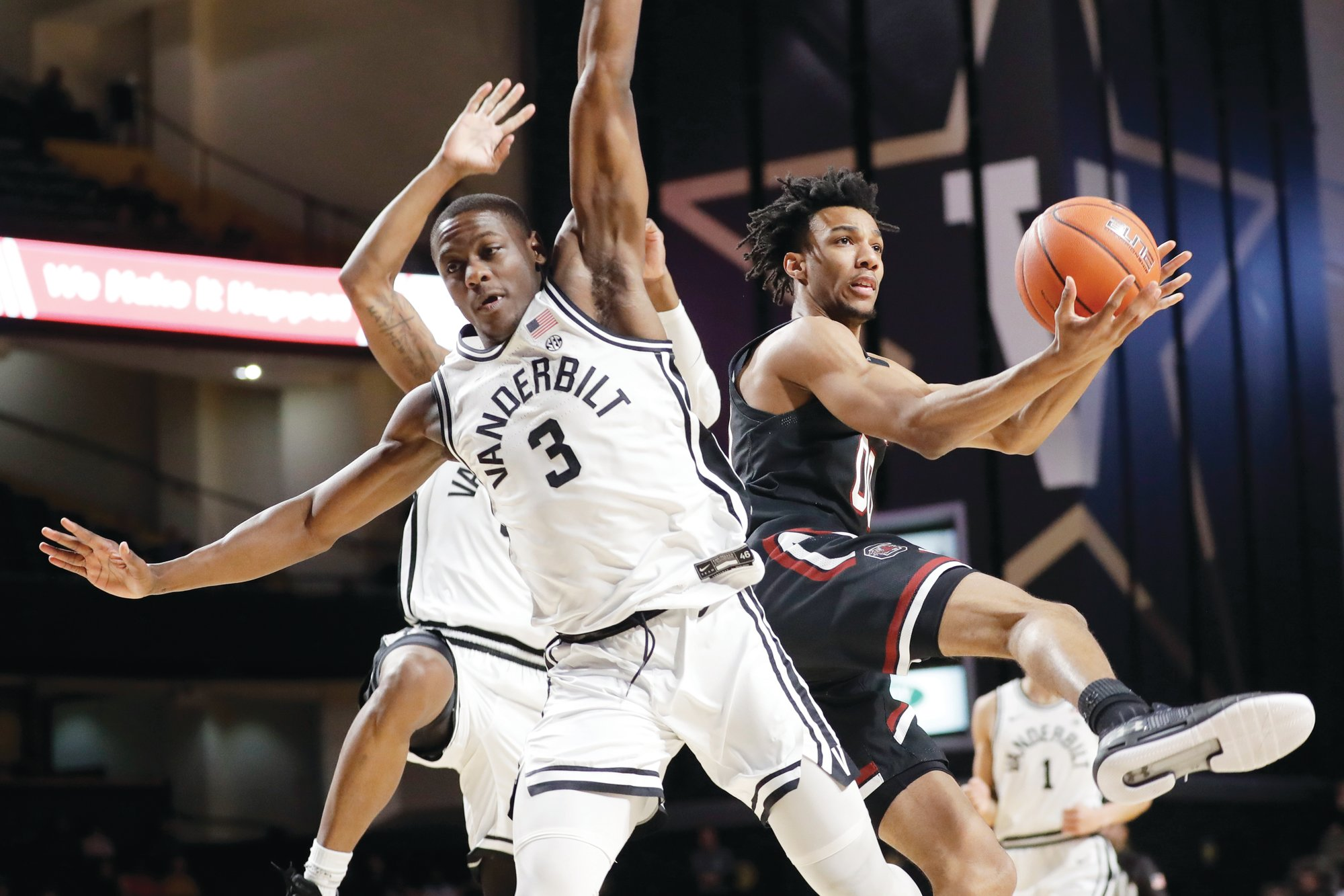 South Carolina's A.J. Lawson, right, will withdrew from the NBA draft and will return to the Gamecocks.