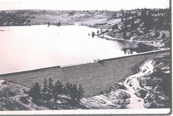An image of the intact Castlewood Canyon Dam, before it failed in 1933. The Kleinert homestead can be seen on the right side of the lake.