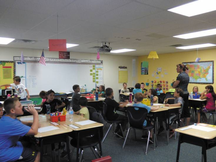 Vanessa Kelley goes over a lesson with her fourth-grade students inside a modular classroom at Brantner Elementary in Thornton, in 2014.