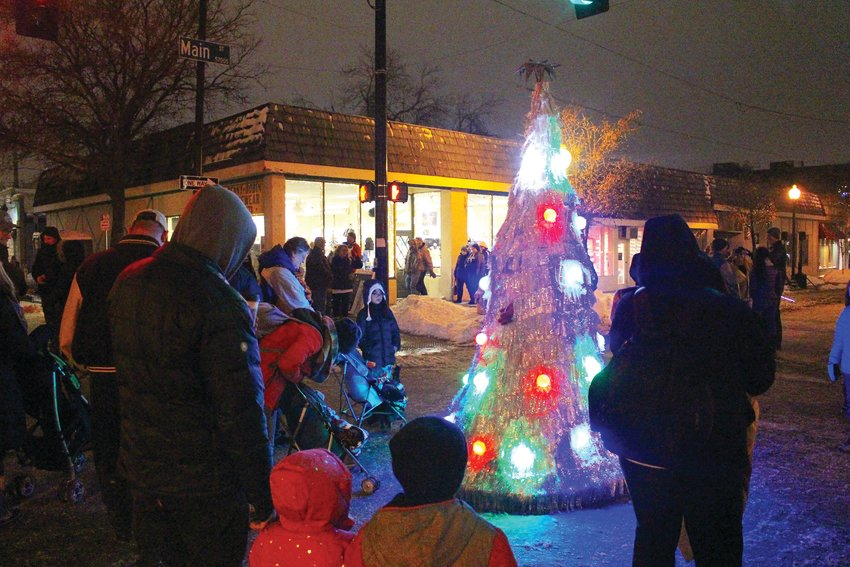 A dancing Christmas tree entertained families at the intersection of Curtis and Main Street. The street entertainment began at five and lasted until six-thirty when the parade began.