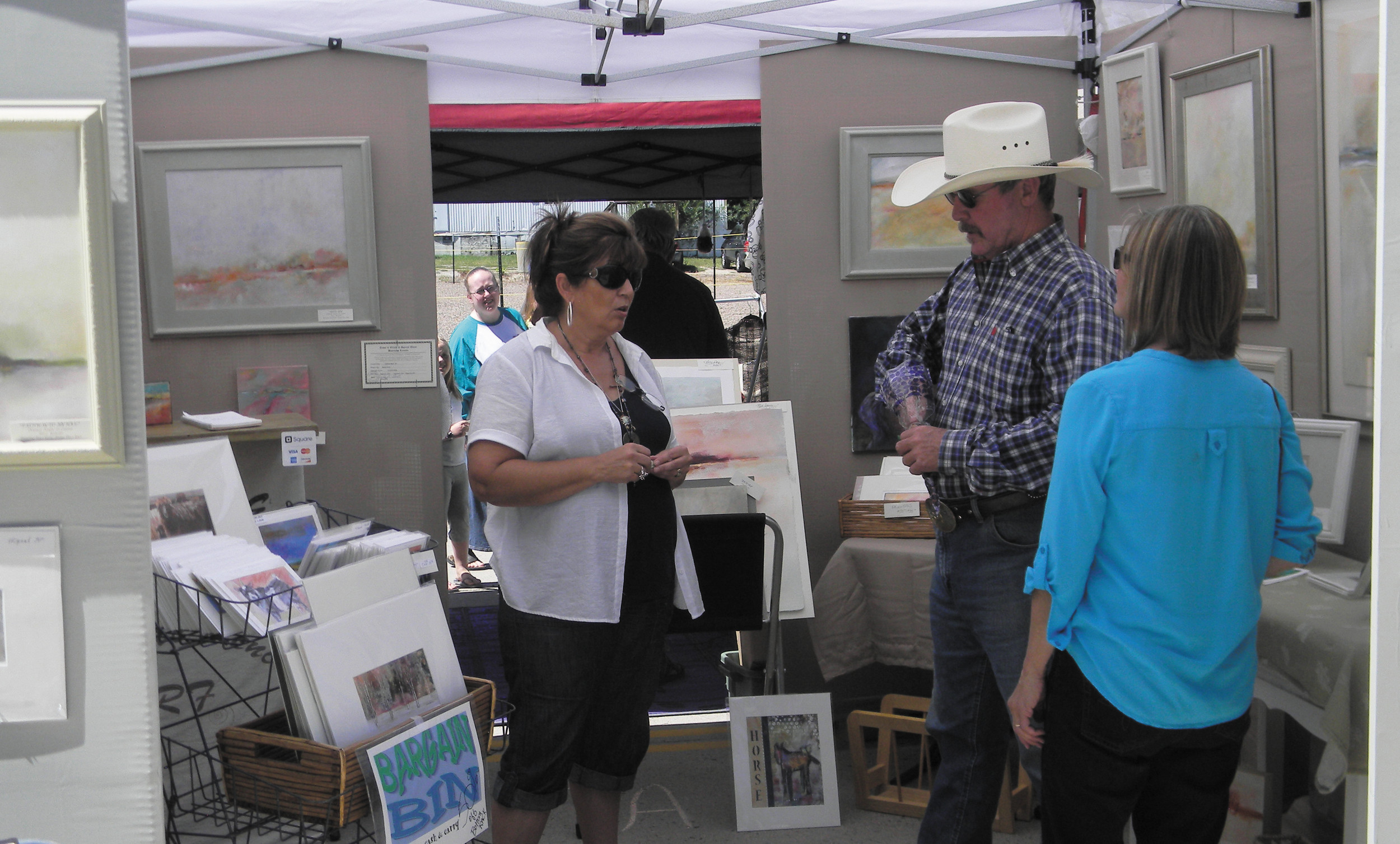 Charlotte Davis, of Charlotte Renee Art, talks to patrons about her work during the Elizabeth Music and Arts Festival on Aug. 23. Courtesy photo