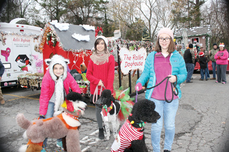 the rollin doghouse had a float decorated for the annual mainstreet christmas parade from left - How To Decorate A Float For A Christmas Parade