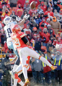 Tennessee Titans wide receiver Rishard Matthews (18) makes a catch between Kansas City Chiefs defensive back Eric Berry (29) and defensive back Marcus Peters, rear, in the first half Sunday, in Kansas City, Mo.