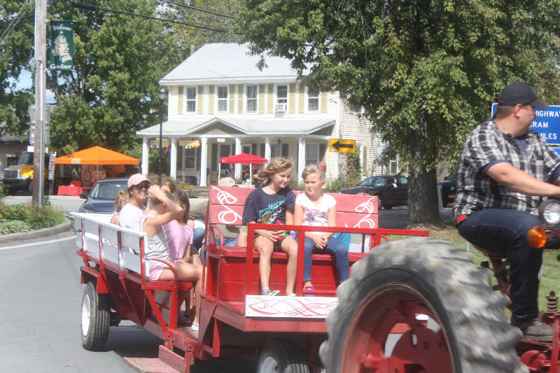 The hay ride shuttle brought people to the three venues: town hall, Majestic Park and Station Square, which hosted many artisans and craft  vendors.