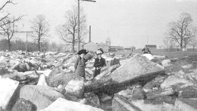 1912: ice cakes pile up on a frozen Wallkill River. River temperatures are on the rise. The Hudson has warmed by nearly 3.5 degrees Farhenheit in the past 30 years.