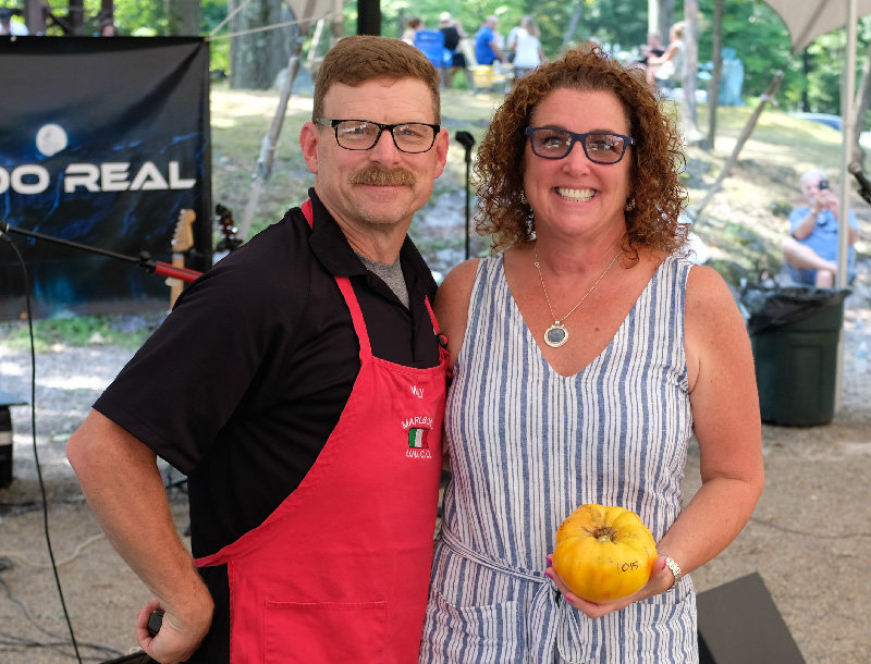 Willy Biggin stands next to Laura Vandelaar, who took 1st Place in the 16-65 category with her 1,021 gram tomato.