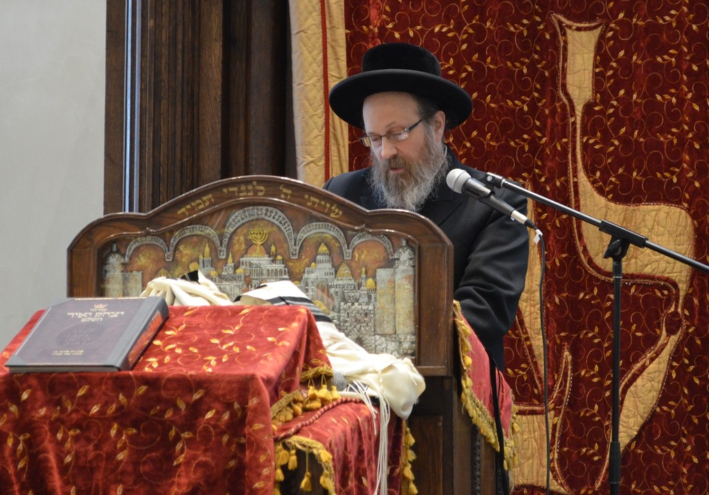 Keynote speaker Rabbi Moshe Weinberger captivates the audience with his lecture on