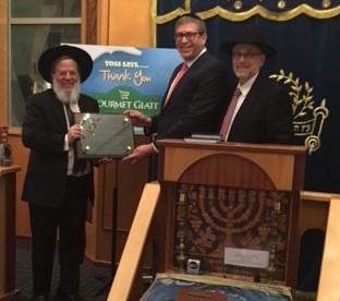 Yoeli Steinberg of Gourmet Glatt is flanked by Rabbi Mordechai Kamenetzky, rosh yeshiva (left) and Rabbi Shlomo Drebin, program coordinator.