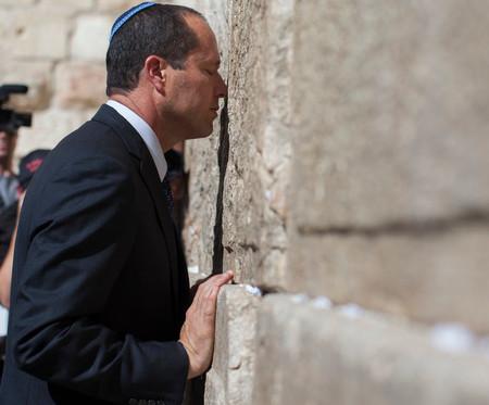 Jerusalem Mayor Nir Barkat prays at the Kotel on October 22, 2013.