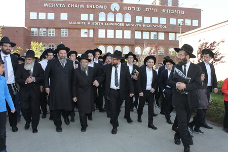 From left: Rav Moshe Bender, Rav Shimon Finkelman, Rav Yaakov Bender, Rav Shmuel Kamenetsky, Rav Yosef Warman, Rav Dovid Bender, and talmidim of Yeshiva Darchei Torah.