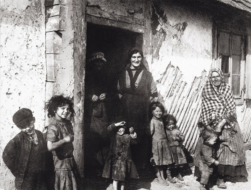 Jewish family in Jedrzejow, about 1900.