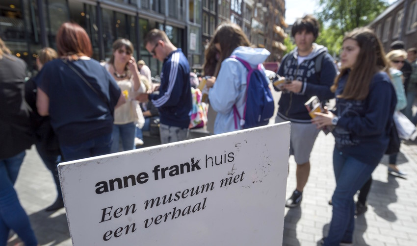 Tourists line up outside the Anne Frank house in Amsterdam, on June 15, 2015.