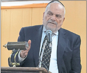 Rabbi Berel Wein speaking at the Gural JCC in Cedarhurst last month.