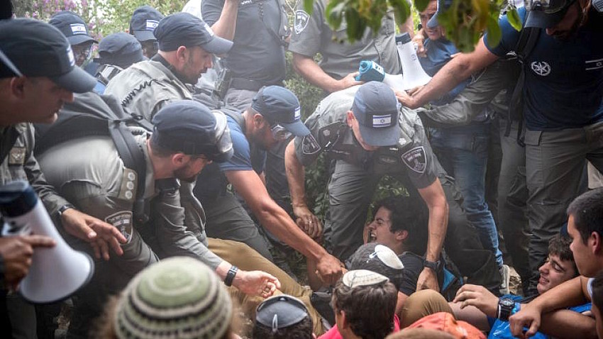 Israeli police evacuate Jews from a home in Netiv Ha'avot in Gush Etzion on June 12, 2018.