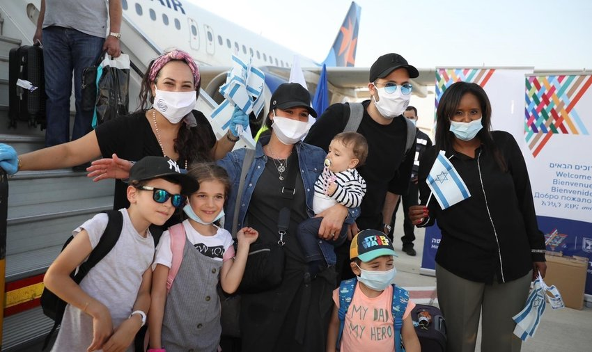 Some of the 140 new arrivals from France at Ben-Gurion Airport on Aug. 3.