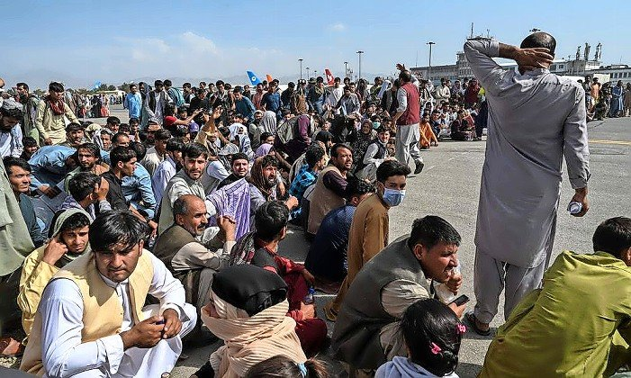 Afghanis crowd the airport in Kabul after US troops get ready to withdraw and the Taliban wait to take over the country, Aug 18.