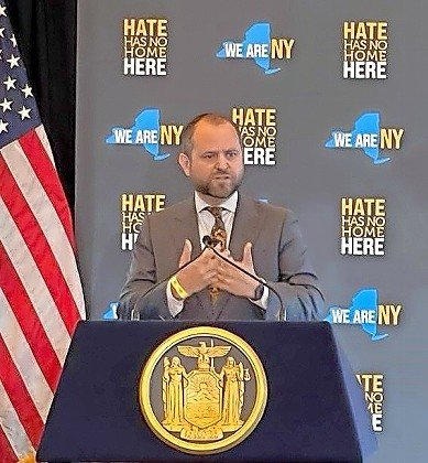 Orthodox Union Director of Public Affairs Maury Litwack introduces Gov. Hochul at last week's event at the Museum of Jewish Heritage in Lower Manhattan.