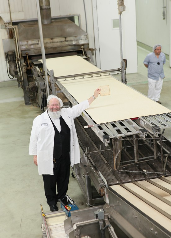 Manischewitz's Rabbi Yaakov Horowitz presents the world's largest matzoh