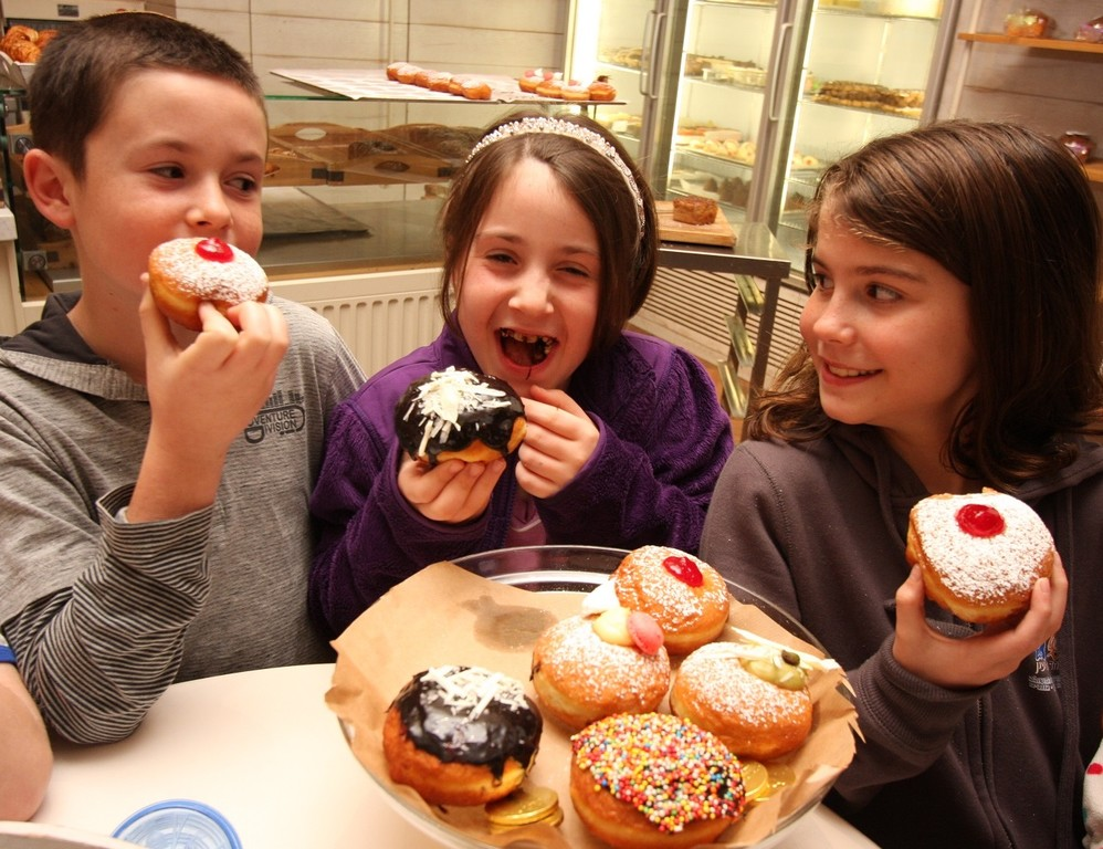 Young new olim enjoy sufganiot in Israel.