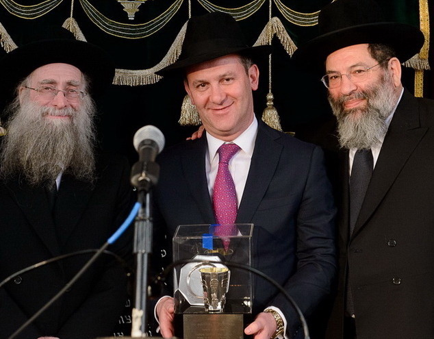 Parents of the Year awardee Eli Amsterdam flanked Rosh Yeshiva Rav Shlomo Avigdor Altusky (left) and Rosh HaYeshiva Rav Yaakov Bender.