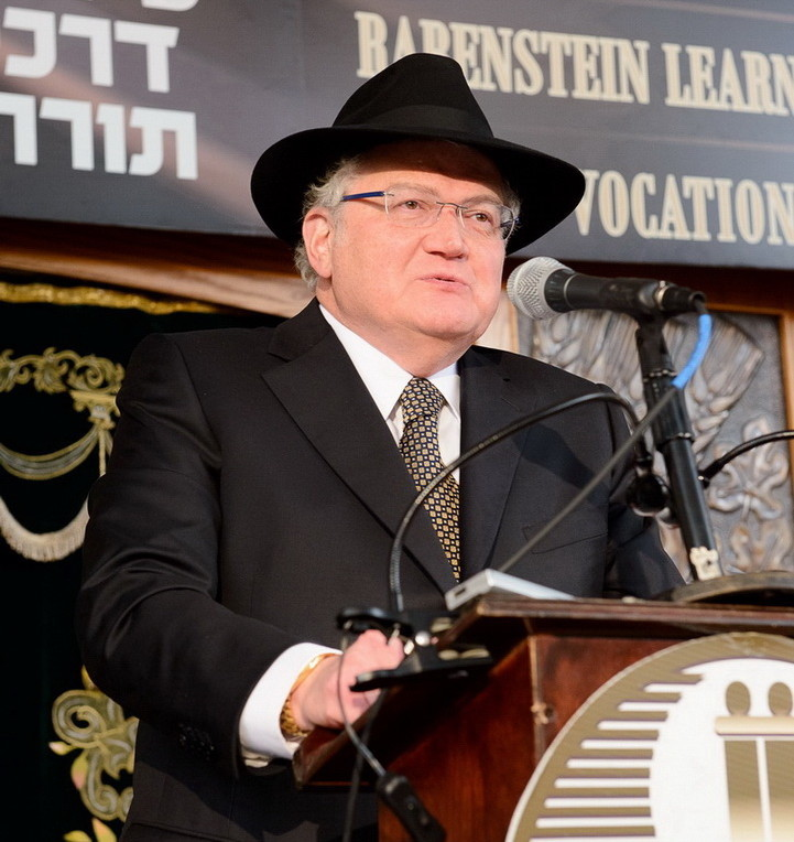 Ronald Lowinger, Yeshiva Darchei Torah president and dinner chairman, speaks at Sunday's gala.