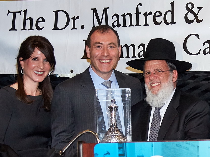 Guests of Honor Sherry and Berel Daskal with Rabbi Mordechai Kamenetzky, rosh yeshiva.