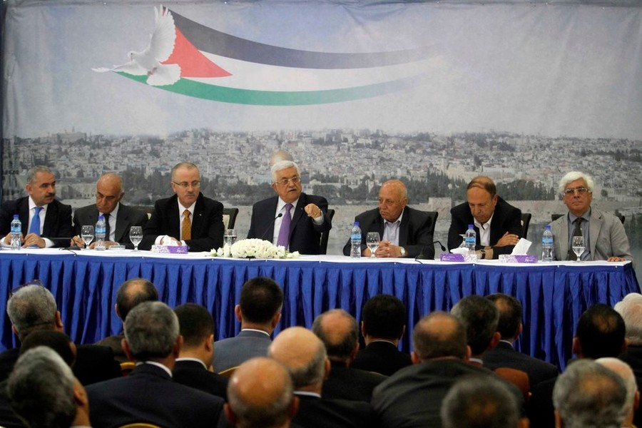Palestinian Authority (PA) President Mahmoud Abbas (center) attends a meeting of Palestinian businessmen in Ramallah on April 29, 2014.