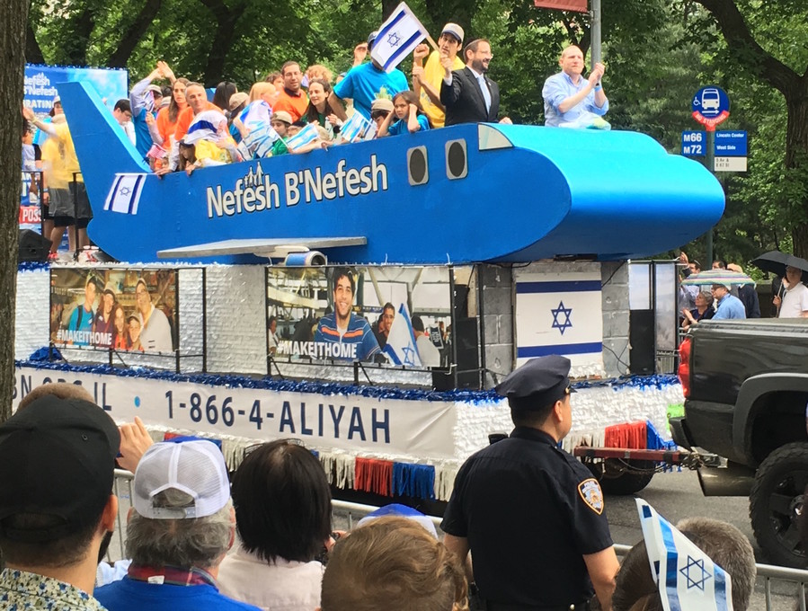 Nefesh B'Nefesh co-founder Rabbi Yehoshua Fass pilots NBN's airline-like aliyah float.