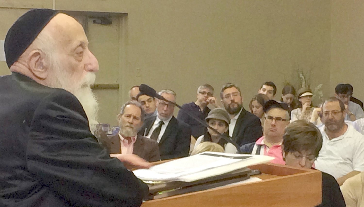 Rabbi Dr. Abraham Twerski delivers the keynote address at an education conference hosted in the Young Israel of Woodmere in June 2015.