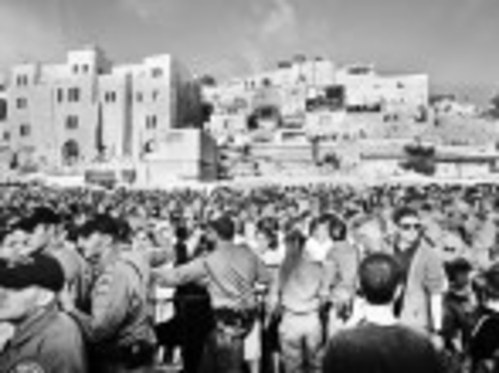 Police hold protesters back from Kotel. /RACHEL SALLOWAY