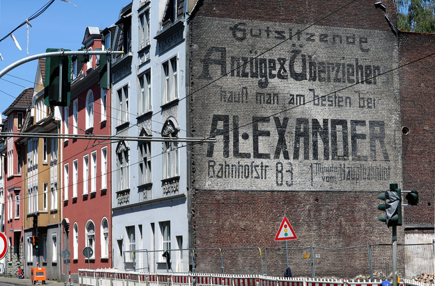 The Alexander family's 110-year-old mural has been exposed on Bochumer Str. 165 in Gelsenkirchen, Germany.