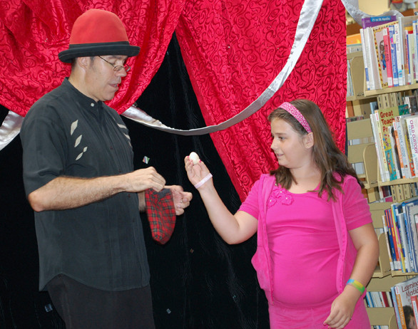 Kaitlyn Garofalo helped Johnson with a trick at his Aug. 22 performance.