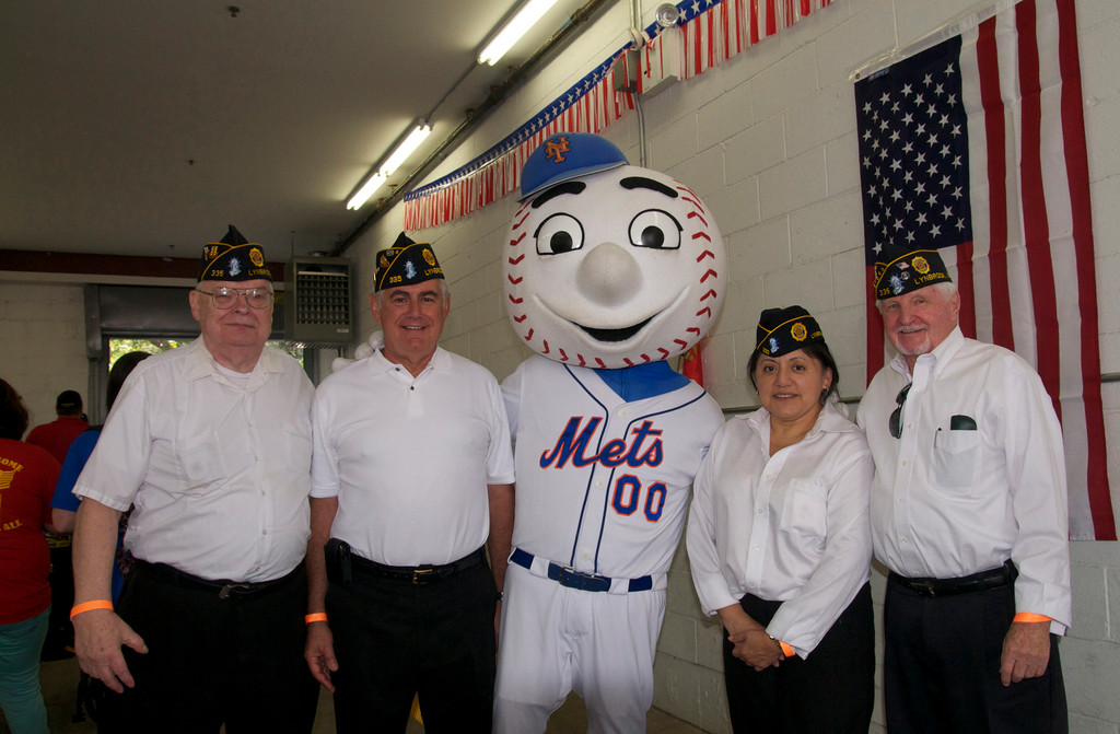 Veterans Henry Speicher, Bill Marinaccio, Silvia Trott and Jeff Barlow, met �Mr. Met� at the fundraiser.