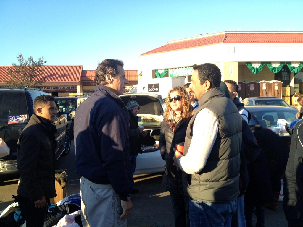 Gov. Andrew Cuomo spoke to Rev. Edward Melendez and other volunteers at the Waldbaum's shopping center last Tuesday.
