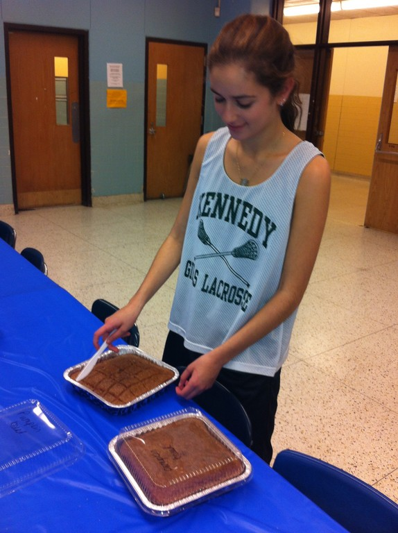 Shellie Mittelberg, a sophomore, volunteered to help set up at the community dinner.