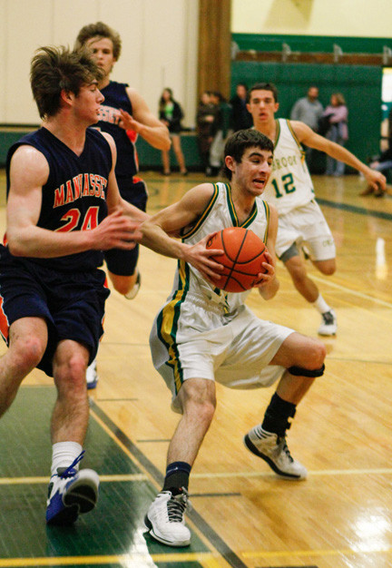Lynbrook's John Boni, right, poured in 20 points on Jan. 29 to lead the way in a 51-47 Conference A-III victory at North Shore.