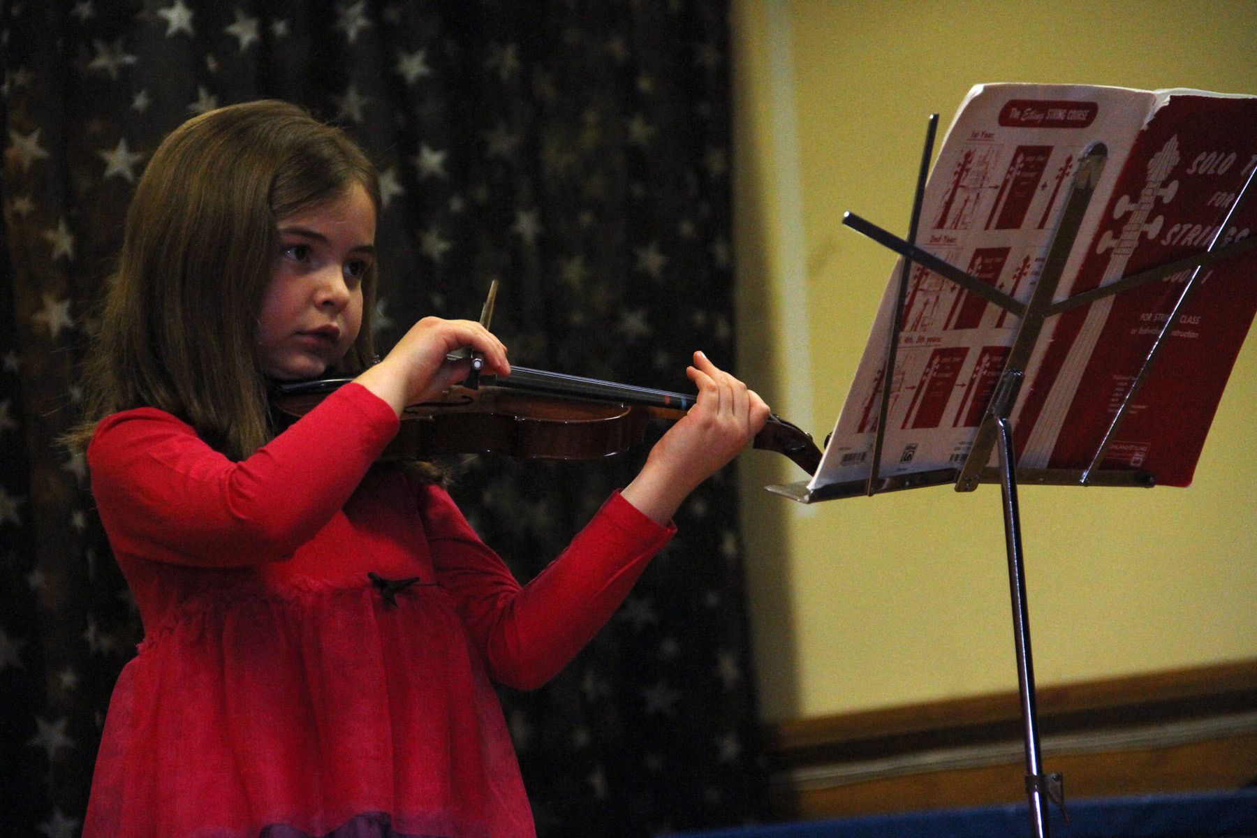 Victoria Ledwith performs �Twinkle, Twinkle Little Star� with her violin.