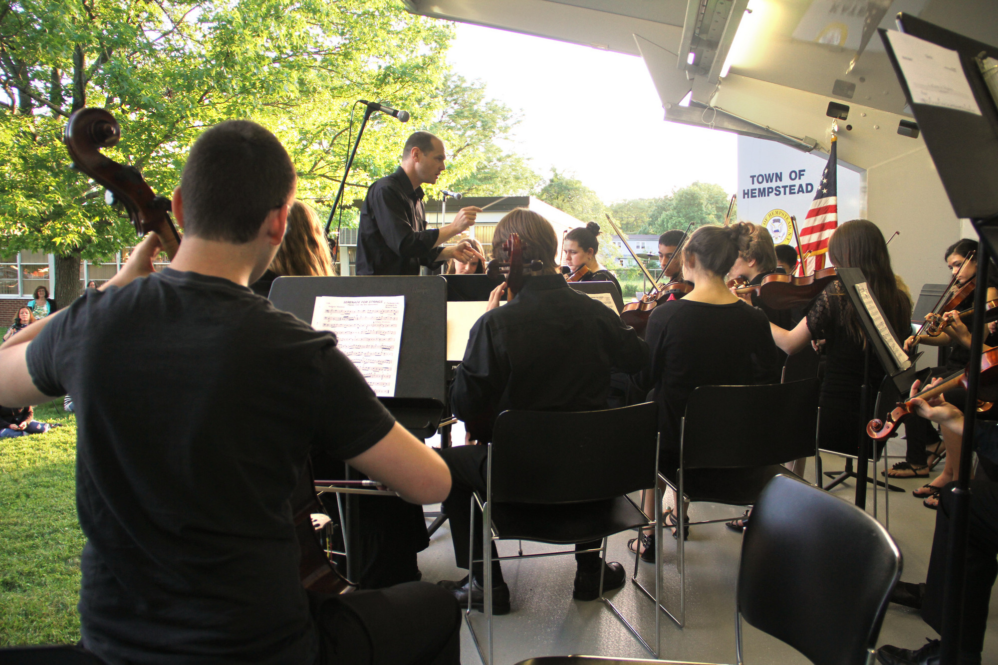 The Calhoun-Mepham Chamber Orchestra, with Christopher Sutherland conducting, performed at the concert.