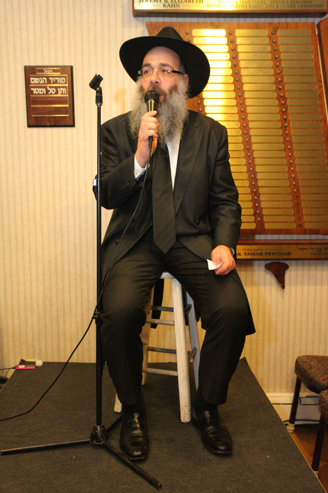 Rabbi Shneur Wolowik, Chbad's director, welcomed the audience and introduced comedian Randy Levin.