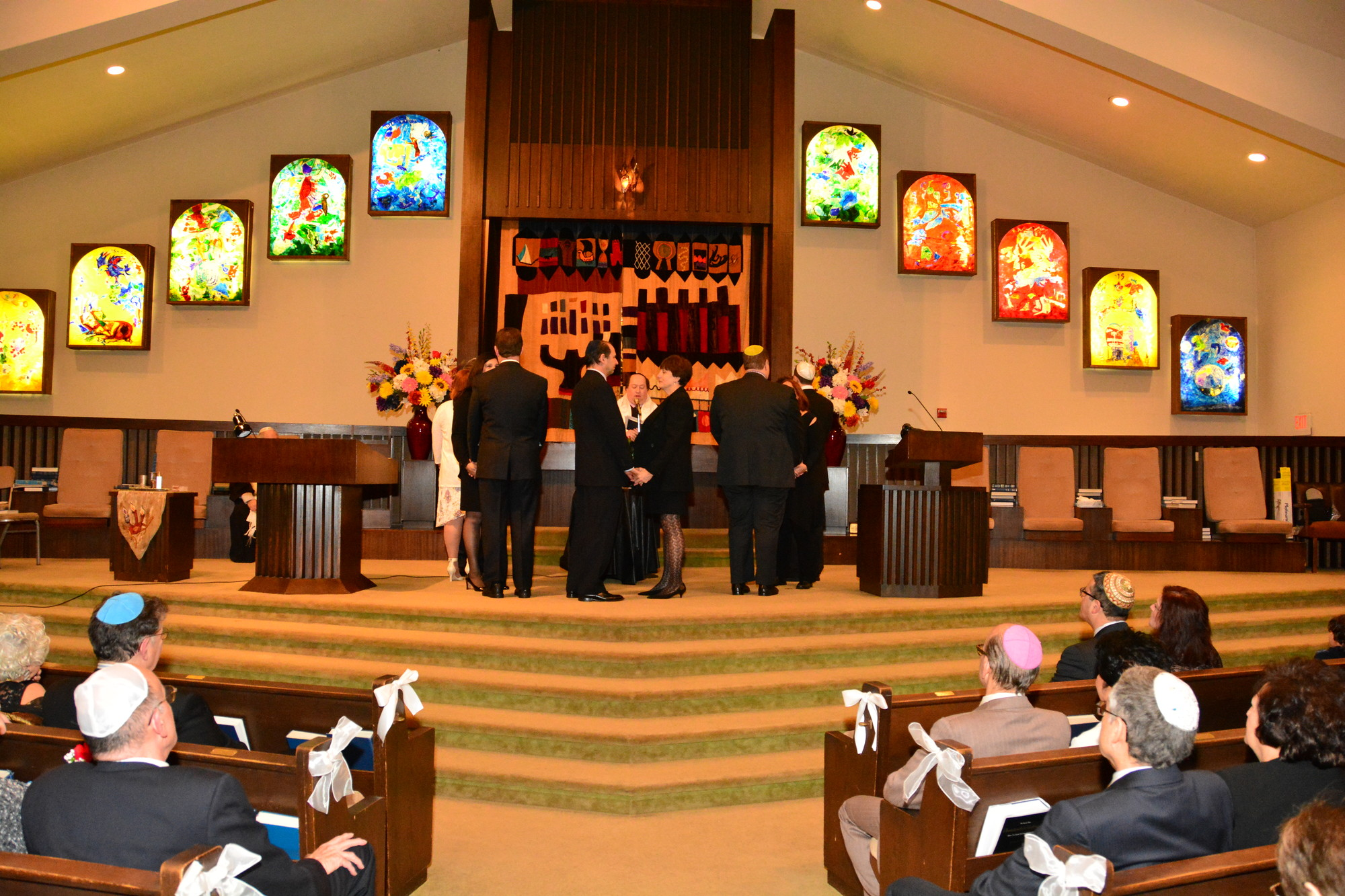 Rabbi Mickey Baum administered the vows of Jay and Susan Futterman, center.