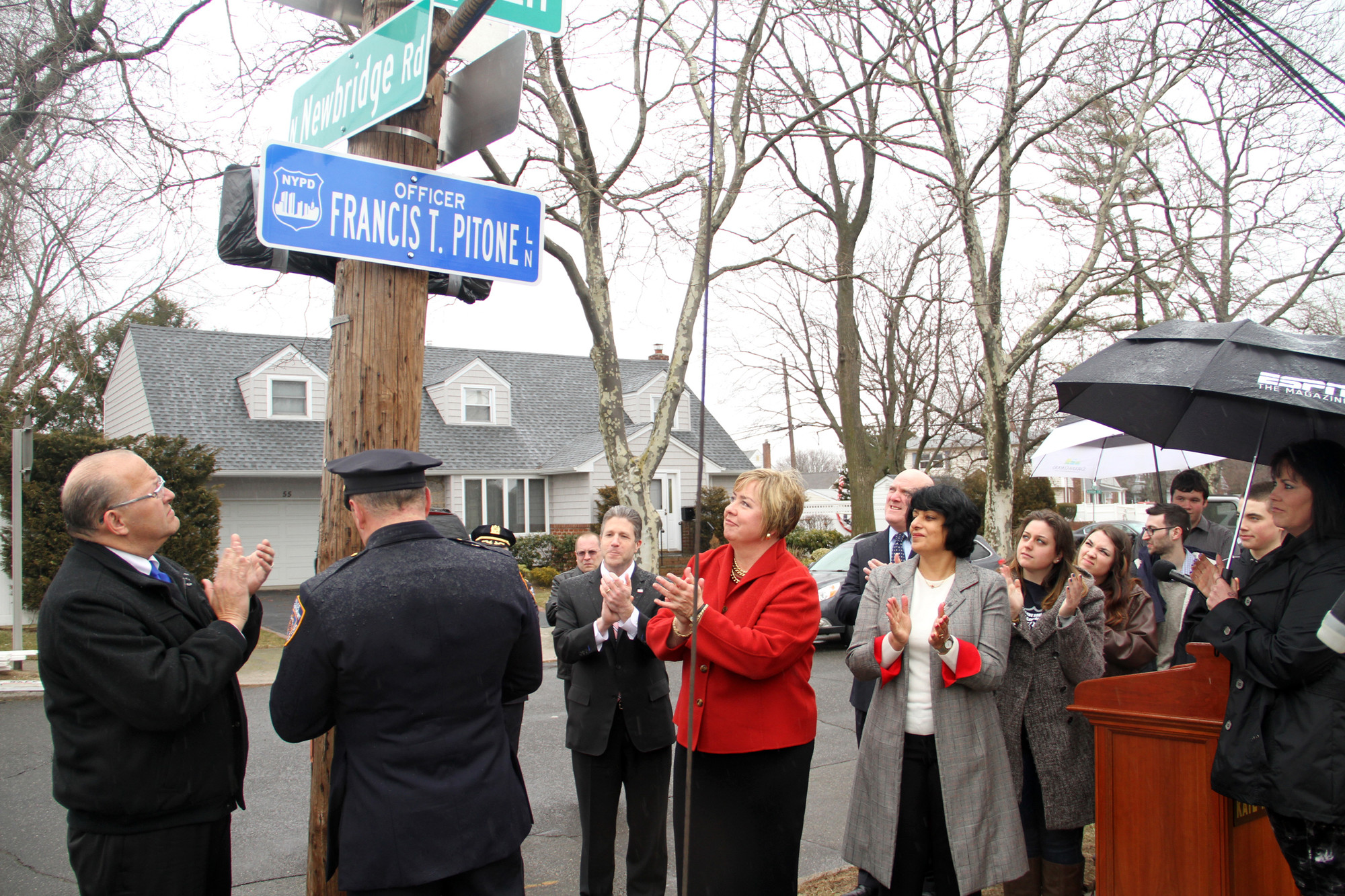 The unveiling of a street sign dedicated to Officer Francis T. Pitone, an NYPD officer and Sept. 11 first responder who died last August, was met with applause.