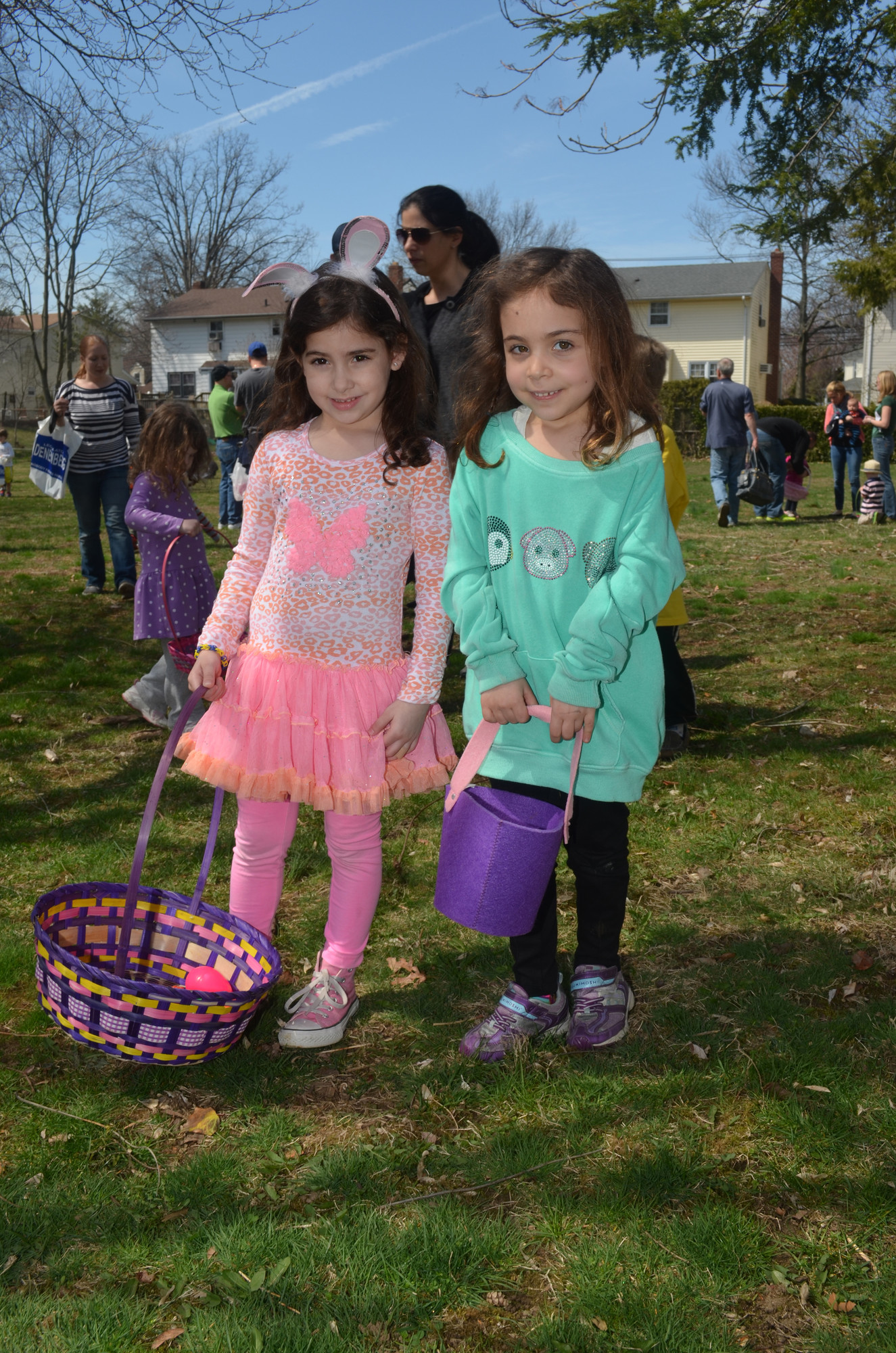 Landyn Kalman, 5, and Ruby Cilibrasi, 5, posed during the egg hunt.