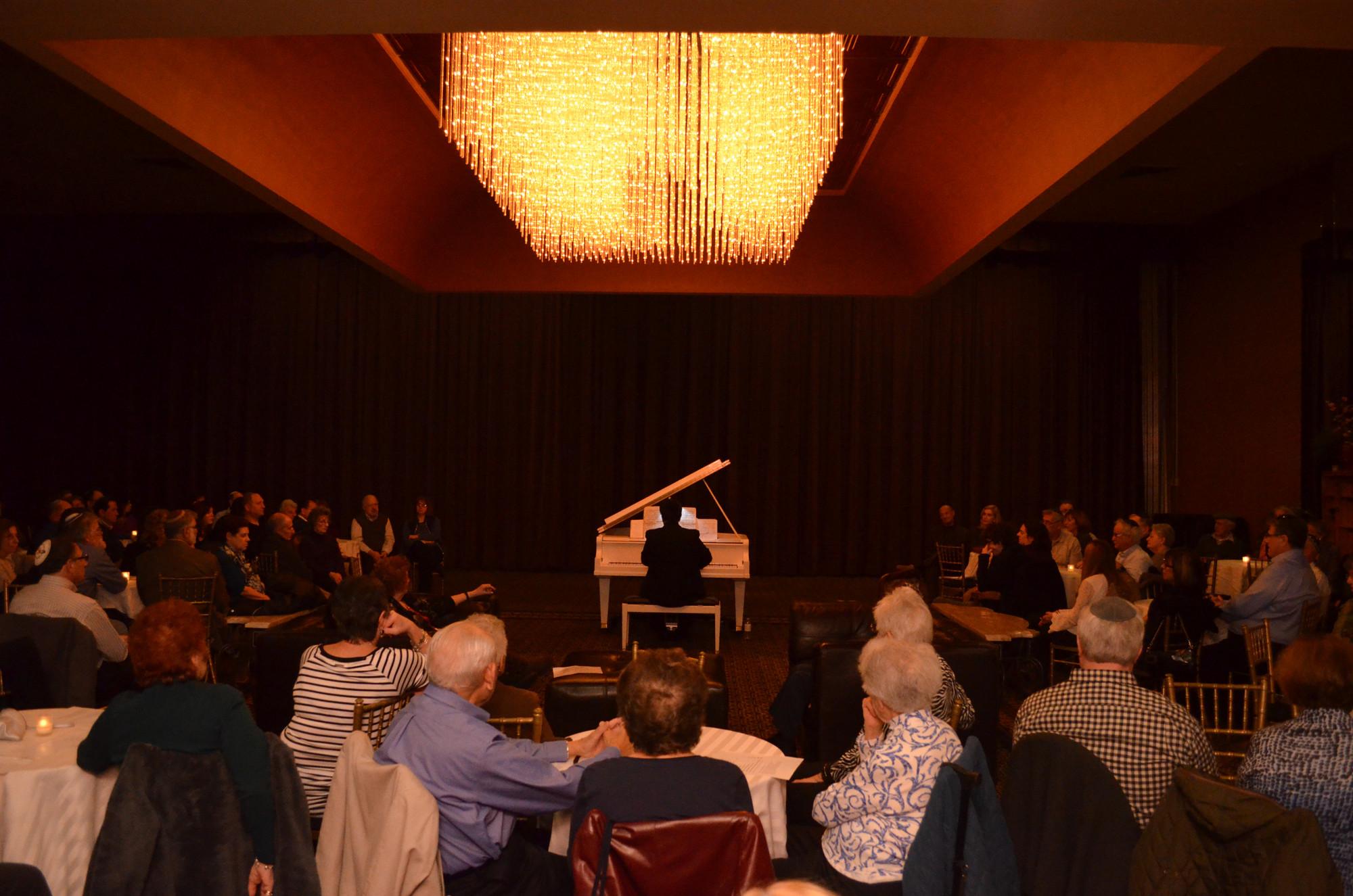 Pianist Wows Jewish Center Crowd