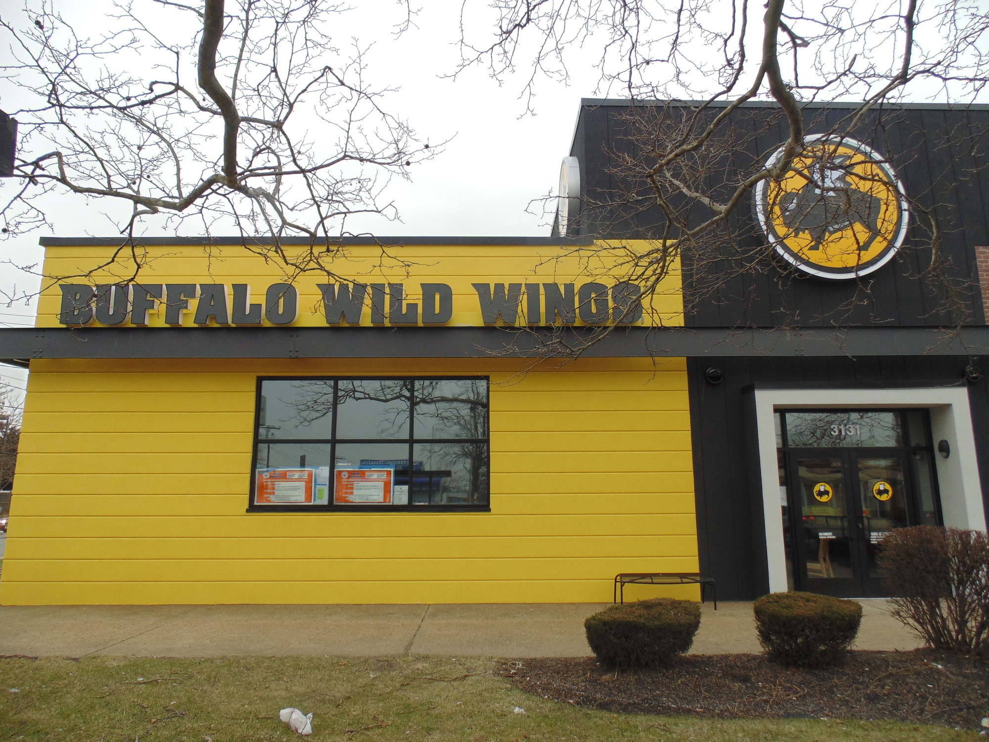 Buffalo Wild Wings Hours. Buffalo Wild Wings hours start late morning and end around midnight. Some Buffalo Wild Wings hours run later than midnight if it's on a weekend. That's great if you're a night owl and a party animal. You will love to kick back with some good friends and watch sports while temporarily escaping from studies or your job.