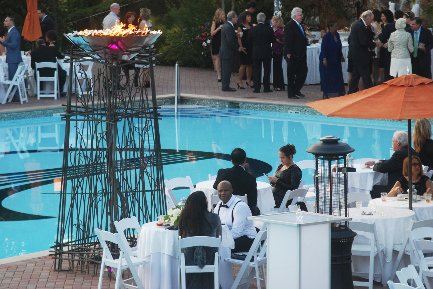 Poolside dining made for an elegant affair.