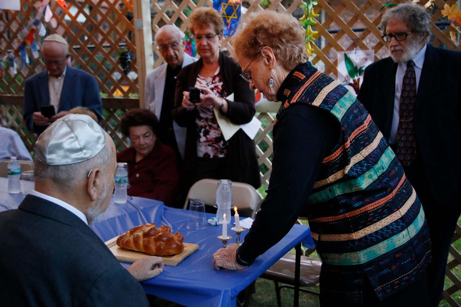 Rabbi Emeritus Paul Kushner and Shoshana Kushner lit wcandles and broke the challah bread.