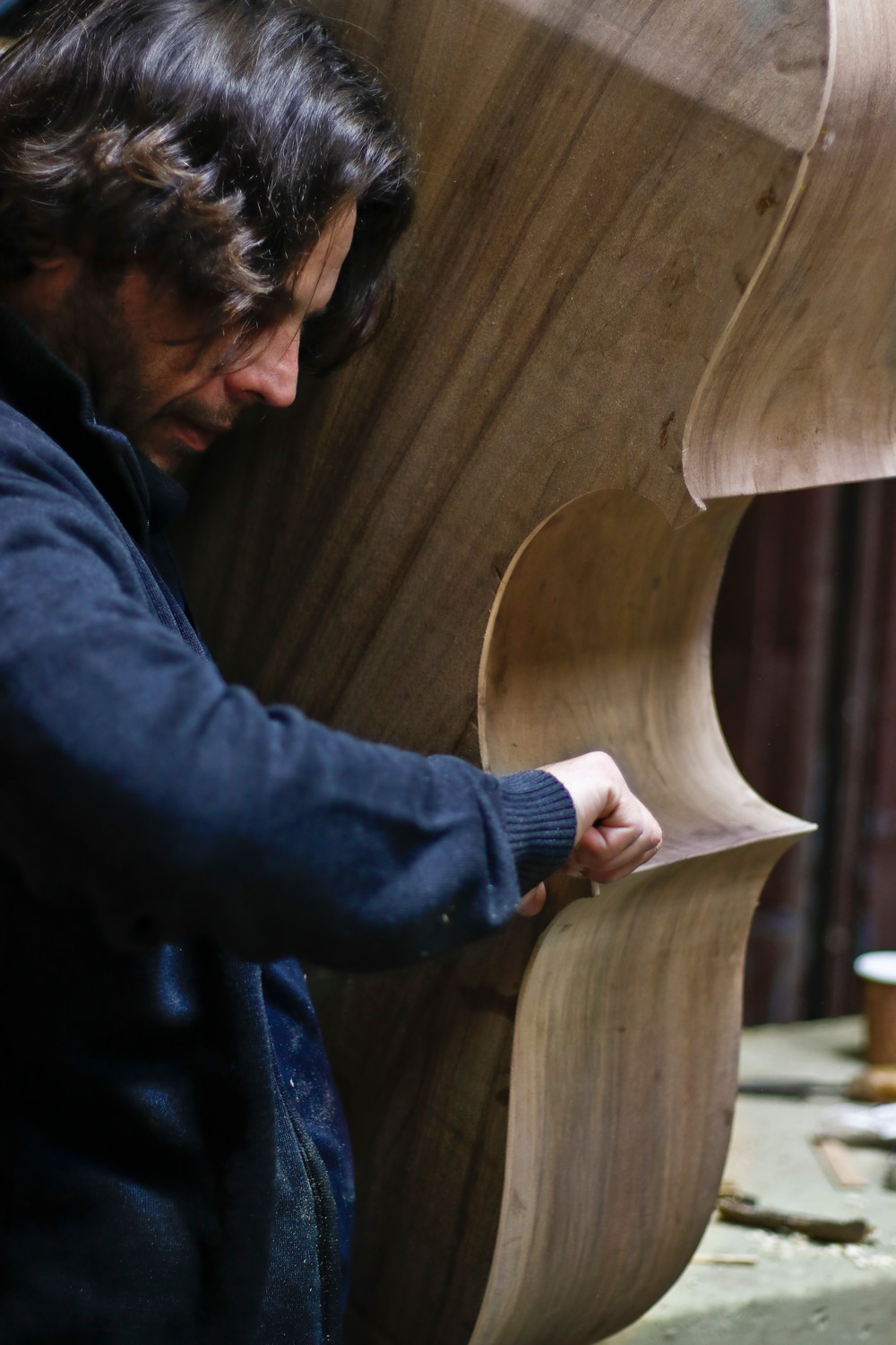 Using a chisel, Simone Diana defined the edges of a new Fendt model bass made of willow bark.