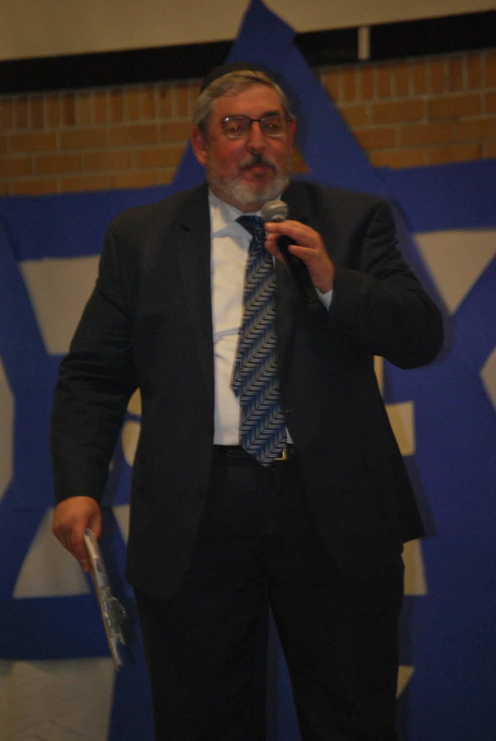 Lower School Hebrew Academy of Long Beach Principal Richard Altabe quieted the audience at the school's Israel celebration on April 19.